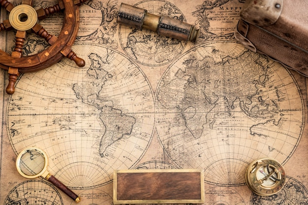 古い地図とヴィンテージの航海オブジェクト
