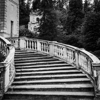 Старая мраморная лестница в заброшенной итальянской вилле