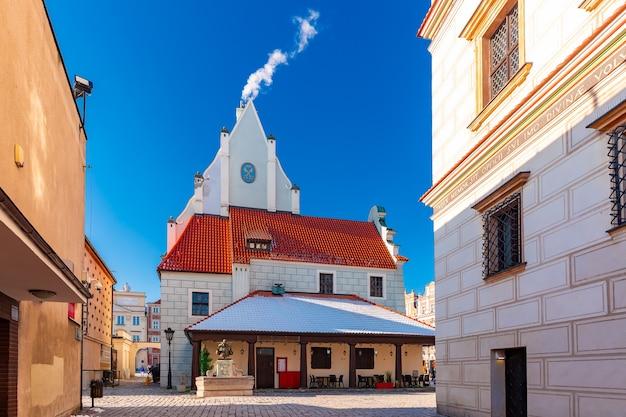 晴れた冬の日の旧市街の旧市場広場、ポズナン