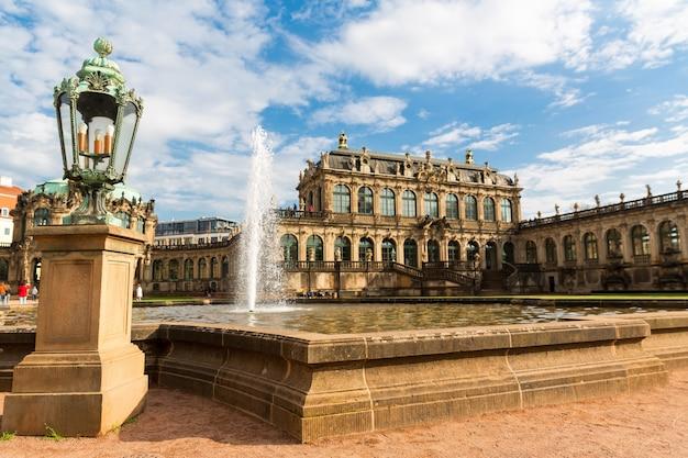 오래된 마스터 갤러리 및 박물관, dresdner zwinger, 정면도. 내부 정원이있는 후기 바로크 양식 및 네오 르네상스 건축 단지