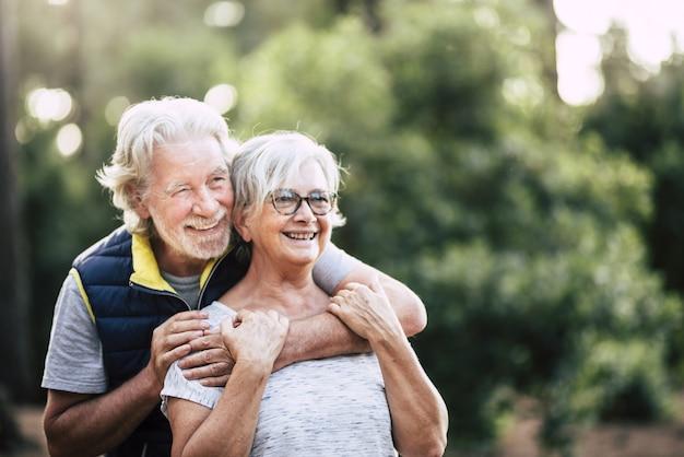 오래 된 성숙한 은퇴 한 노인은 미소를 짓고 야외 여가 활동을하는 동안 사랑의 부부를 함께 즐길 수 있습니다.
