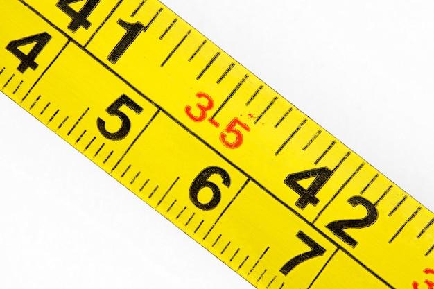 밀리미터 및 인치의 오래된 측정 줄자 규모, 매크로 클로즈업