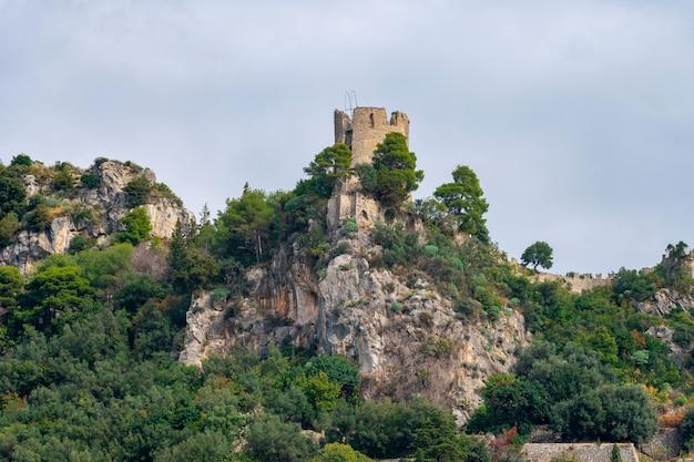Старая средневековая замковая башня, побережье амальфи. путешествовать