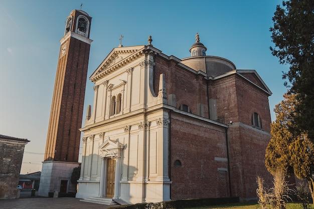 夕方には鐘楼のある古い中世の大聖堂。美しいイタリアの教会。 cremezzano di sanpaolo。 chiesa di san giorgio martire