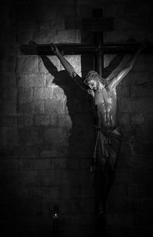 Старое средневековое распятие в итальянской церкви - из дерева