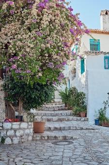 Старые средиземноморские белые узкие улочки. турция, мармарис. путешествие летом