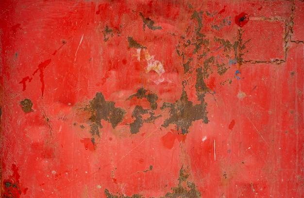 오래 된 금속 배경입니다. 녹슨 금속 표면에 오래 된 말린 된 빨간 페인트의 질감