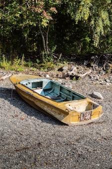 古い金属製のボートがロシアに上陸しましたアルタイ湖テレツコイェトラクトコルドンチリ