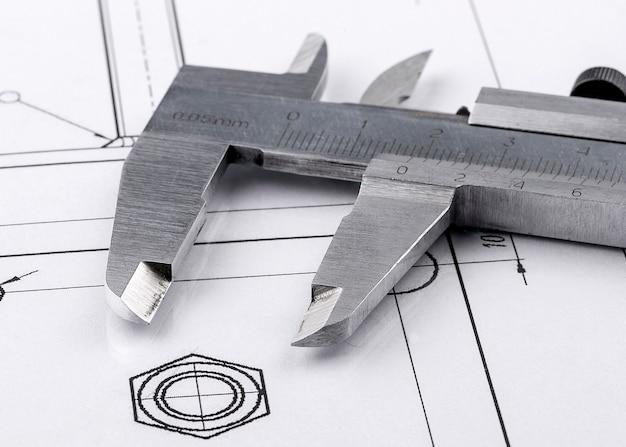 Старый металлический суппорт и инженерный чертеж