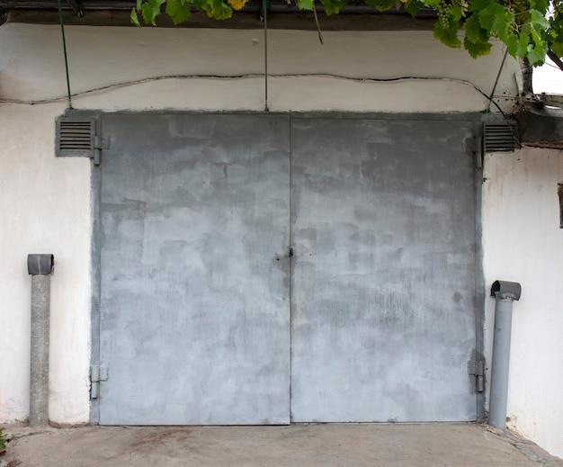 자동차 차고에 오래 된 금속 문