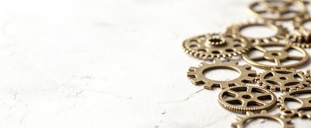 회색 배경에 시계에서 오래 된 금속 기어입니다.