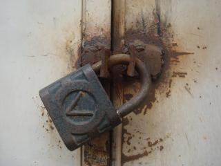 古い金属製の南京錠