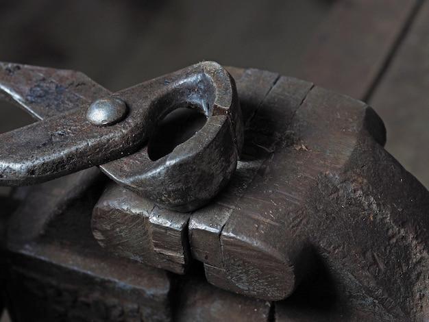 古い金属製のワイヤーカッターはさびた万力の上にあります。作業ツールの概念