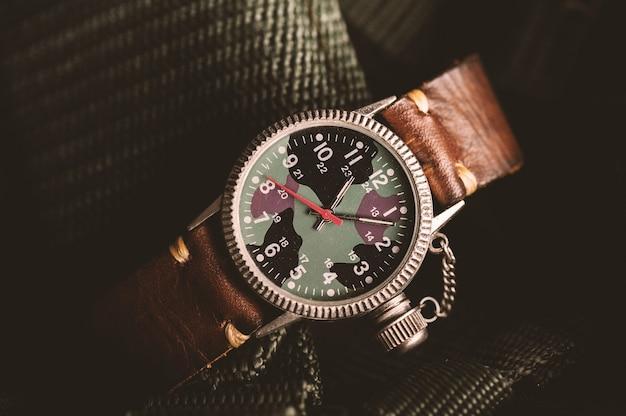 カモフラージュダイヤルとレザーバンドを備えた古いミリタリースタイルの腕時計