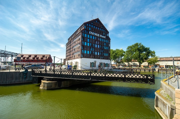 リトアニア、クライペダの旧市街にあるデイン川の堤防にあるオールドミルホテル