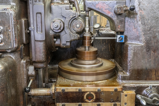 Old milling cutting run with dial gauge