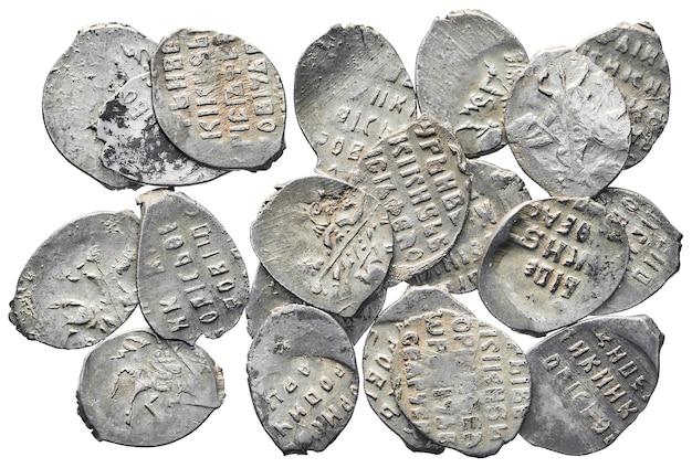 Старые деньги россии 17 века. серебряные монеты, изолированные на белом фоне.