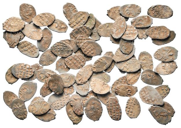 Старые деньги серебряные монеты россии x века, изолированные на белой поверхности