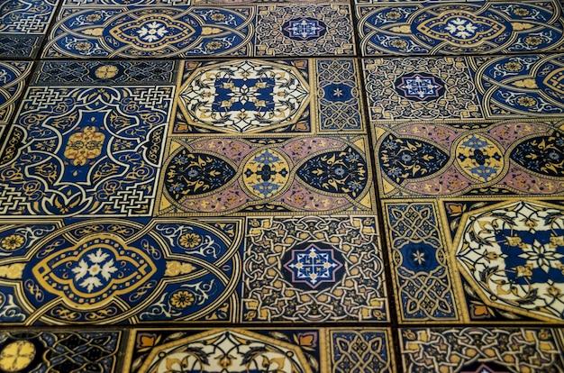 背景として古いモロッコのタイル
