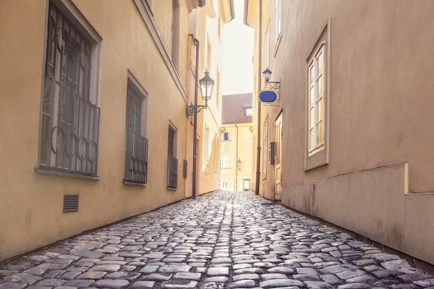 Старая узкая улица в праге, мала страна