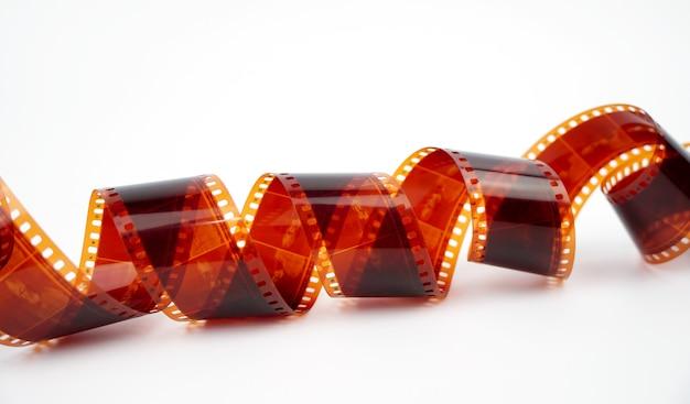 Старая негативная 35-миллиметровая кинопленка на белом фоне запутанной фотопленки