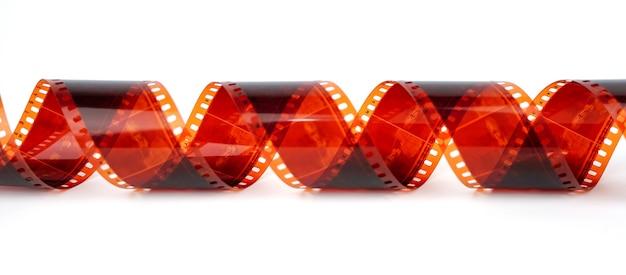 もつれたカメラフィルムの白い背景ストリップ上の古いネガティブ35mmフィルムストリップ