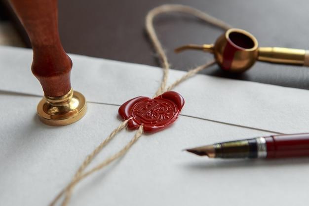 Старая нотариальная сургучная печать на завязанном свитке,