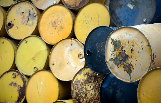 リサイクル用の古いオイルタンク