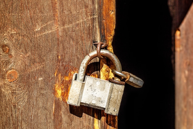 나무 문에 오래 된 자물쇠
