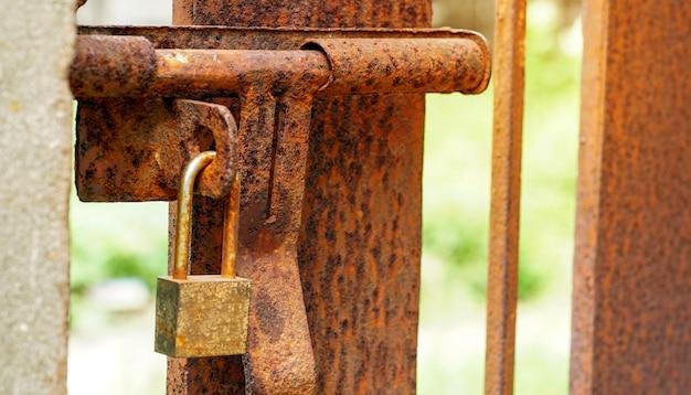 녹슨 철 문에 오래 된 자물쇠 오래 된 녹슨 키 잠금 강철 문 오래 된 잠긴 문