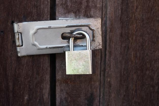 木製のドアに古い南京錠