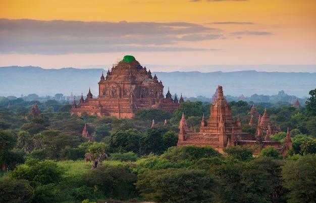 Старые пагоды в археологической зоне баган в баган, мьянма