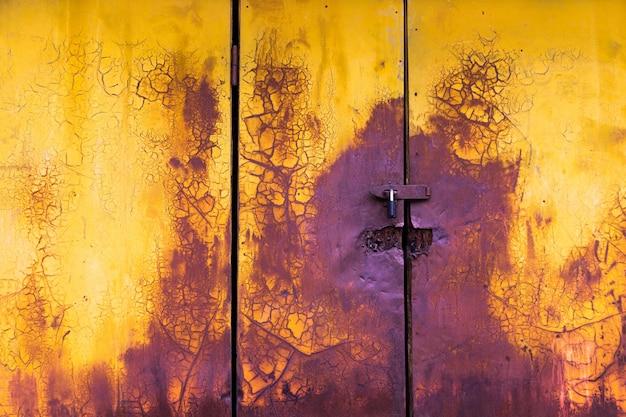 古いペイント水平ドア背景黄色と紫