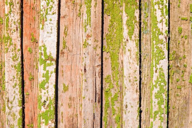 Старый окрашенный красочный деревянный забор