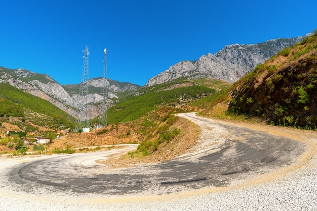 터키 남부 산속에 있는 오래된 탁 트인 시골길.