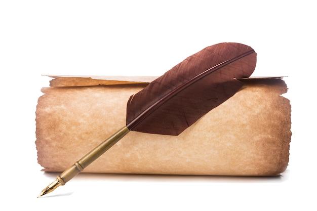 羽を持つ古い紙と万年筆