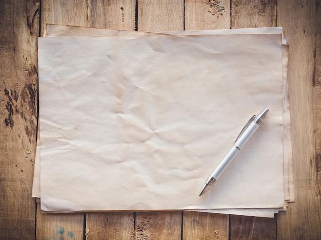 오래 된 종이와 공간 나무 배경에 펜
