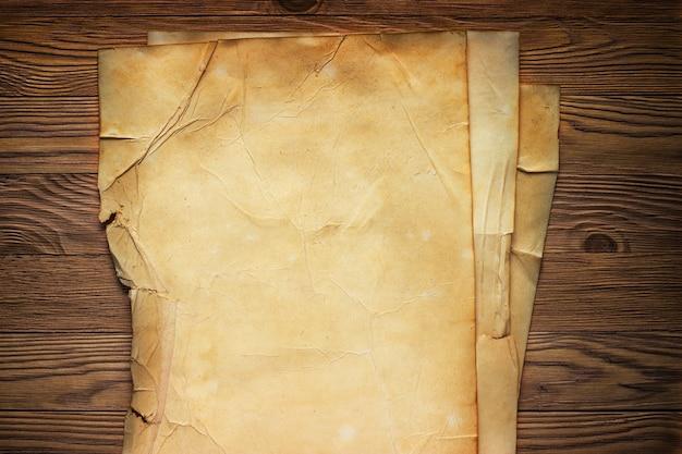 Рукопись старой бумаги на винтажном дизайне стола