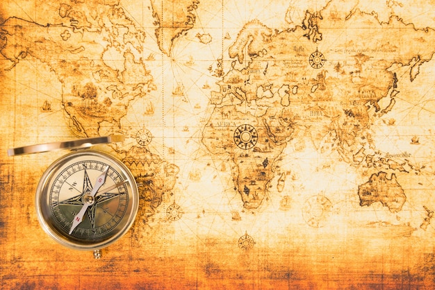 与一个古老指南针的旧纸地图在它。葡萄酒旅行背景
