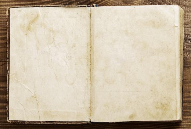 Старая бумага на коричневом состаренном дереве