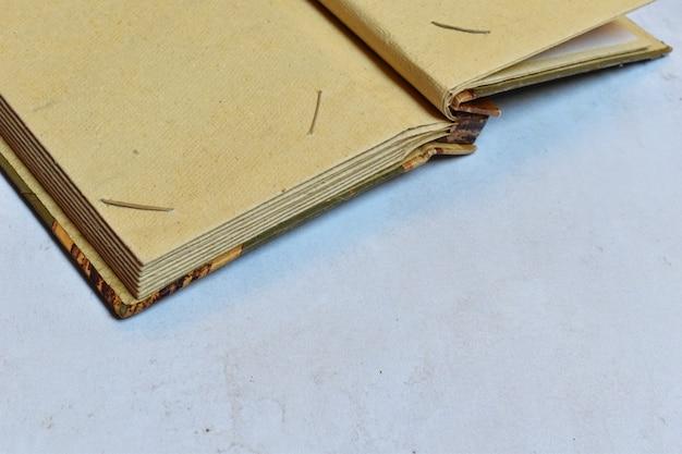 あなたのテキストのための場所を持つ古い紙のレトロなフォトアルバム。家族のアーカイブ。