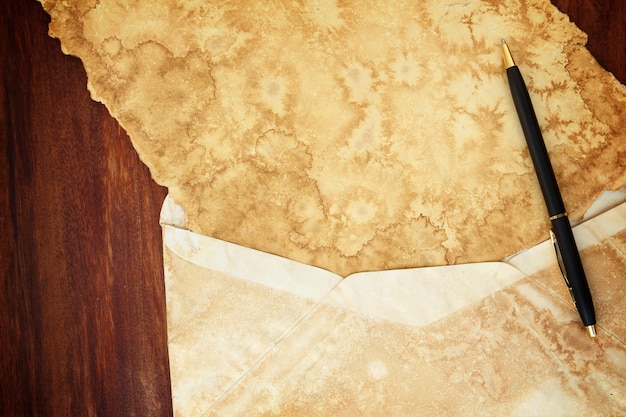 나무 배경에 고립 된 오래 된 종이 빈티지 봉투