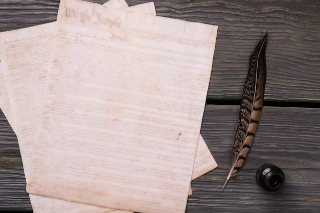 Старая бумага с пером и чернилами.