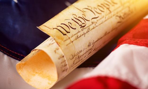 미국 국기 배경에 오래 된 양피지 롤