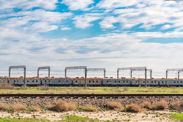 Старые пассажирские вагоны на стоянке