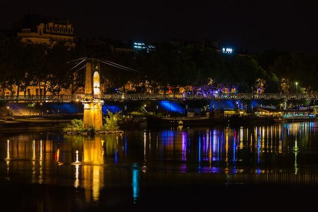 밤에 프랑스 리옹의 론 강 너머로 오래 된 passerelle du college 다리