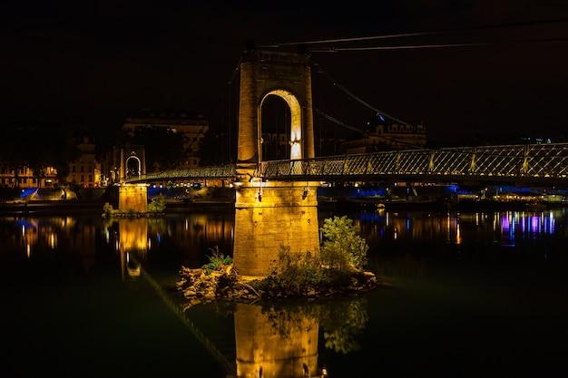 밤에 프랑스 리옹에서 론 강에 오래 된 passerelle du college 다리