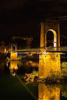 밤에 프랑스 리옹의 론 강 위에 있는 올드 파세렐 뒤 칼리지 다리