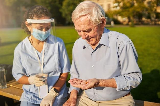 女医から治療を受けている年配の患者