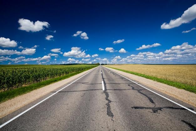 Старая асфальтированная дорога летом
